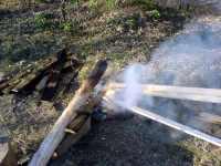 Opalování dřeva kůlu na sloupek branky