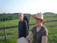 Pavel a Klarisa u ohrady cestou na zahrádku, konec dubna 2008