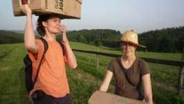 Jan Karpíšek a Klarisa Kleinerová nesou zásilku Florianus, krabice rostlin, konec dubna 2008