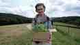Zase s krabicí sazenic nahoře nad zahradou, to dlouhé je sazenice Goji, červen 2008