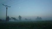 Ráno po svatbě, mlha a dům, Třeboň 2008