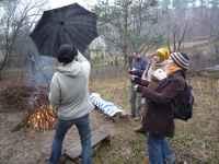 Pavel zavírá deštník u ohně, Soběšice, 15.3.2009