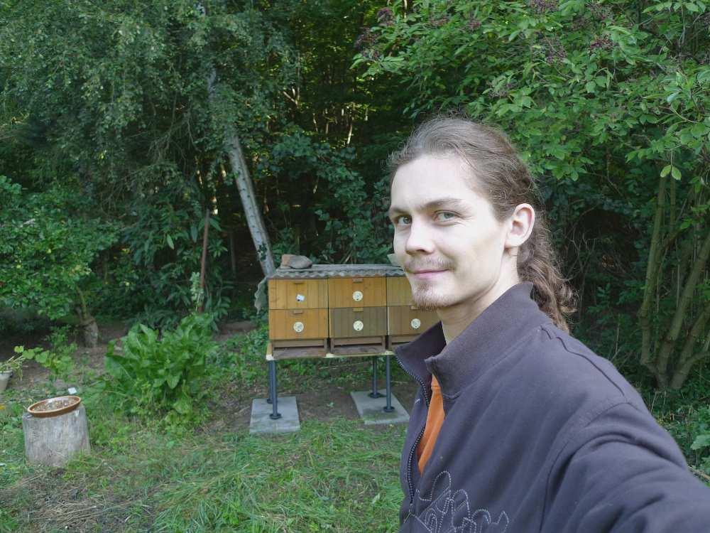 Právě jsme dovezli včely - šťastný mladý včelař Karpíšek začátečník, srpen 2009