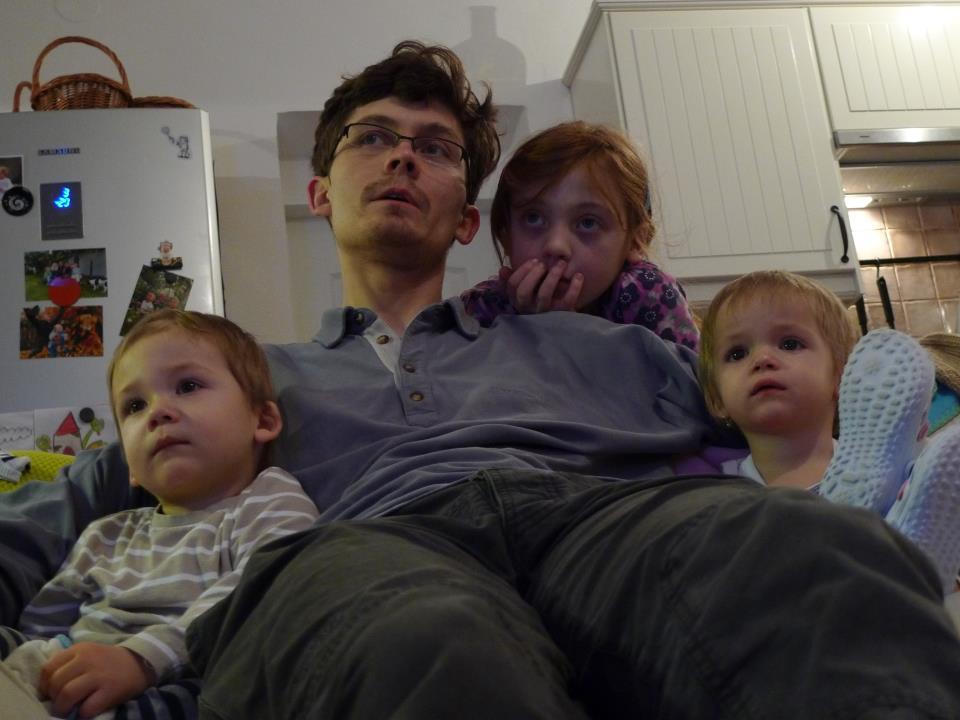 Děti a Karpíšek sledují Večerníček, 2012